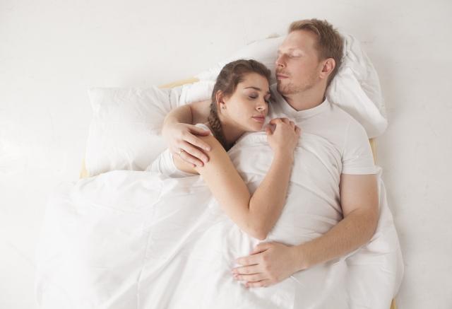 二人で眠る画像