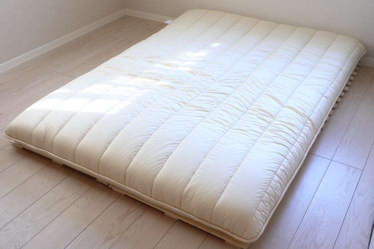 ベッドの上にマットレスを敷いた画像