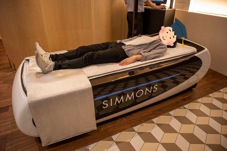寝姿勢測定システムを体験中