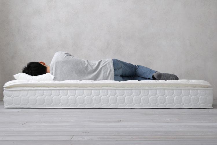 横向き寝(ピロートップ式マットレス「HOLLOW」にて)