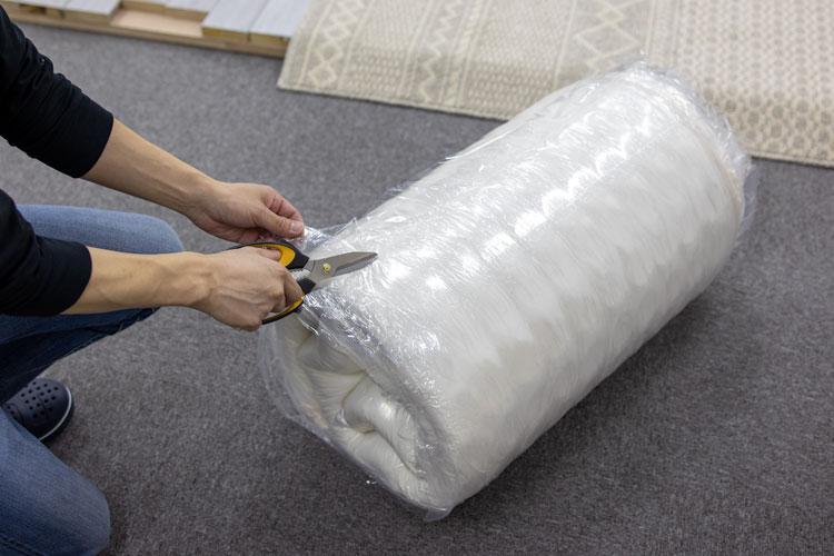 圧縮梱包を開封(ハサミ)