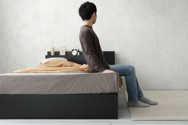 ベッドに腰掛けた画像