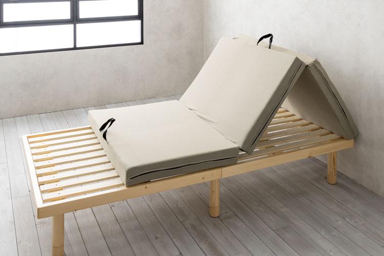 三つ折りタイプならベッドフレームの上でも換気しやすい
