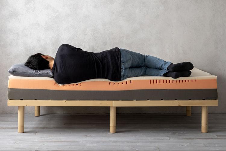 肩部分が深く沈み込むことで圧迫感が少なく、寝姿勢が整う