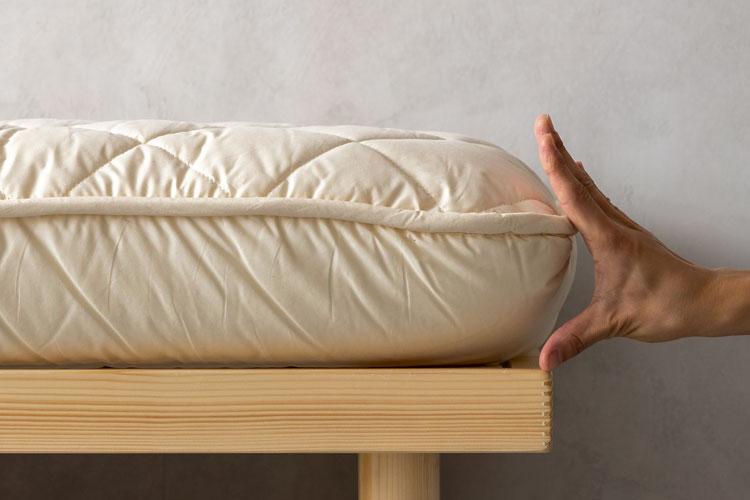 敷布団の厚さ(手と比較)